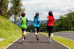 Matka z dzieciaków biegać Zdjęcia Stock