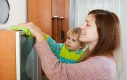 Matka z dziecka cleaning domem Zdjęcia Royalty Free