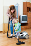 Matka z dziecka cleaning domem Obrazy Royalty Free