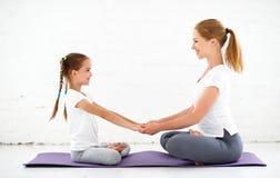 Matka z dziecka ćwiczy joga w lotos pozie Zdjęcia Royalty Free