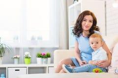 Matka z dzieckiem bawić się w domu zdjęcie stock