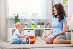 Matka z dzieckiem bawić się w domu Zdjęcie Royalty Free