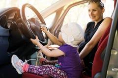 Matka z dzieckiem bawić się w samochodzie obrazy stock
