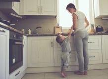 Matka z dzieckiem gotuje wpólnie Obrazy Royalty Free