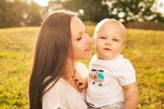 Matka z dzieckiem outdoors Obrazy Stock