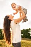 Matka z dzieckiem outdoors Zdjęcia Royalty Free