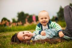 Matka z dzieckiem outdoors Zdjęcia Stock