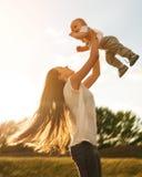 Matka z dzieckiem outdoors Zdjęcie Royalty Free