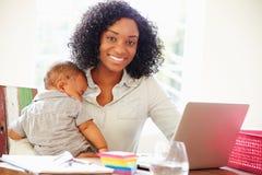 Matka Z dzieckiem Pracuje W biurze W Domu Obrazy Royalty Free