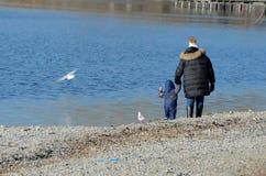 Matka z dzieckiem przy jeziorem 2 obraz stock