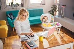 Matka z dzieckiem używa laptopu biuro w domu Zdjęcie Stock
