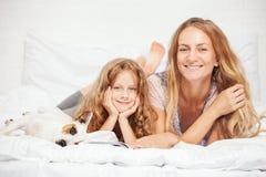 Matka z dzieckiem w łóżku rodzina zdjęcie royalty free