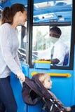 Matka Z dzieckiem W Pushchair abordażu autobusie Fotografia Stock