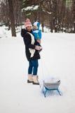 Matka z dzieckiem w zima parku zdjęcia royalty free