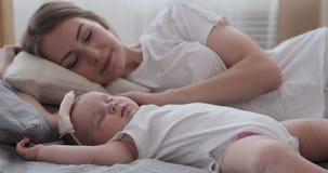 Matka z dziecko córki dosypianiem na łóżku zbiory