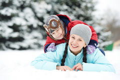 Matka z dziecko chłopiec synem przy zimą Obraz Stock