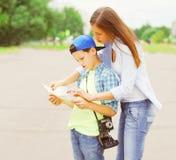 Matka z dziecko turystami zwiedza miasto z papierową mapą zdjęcie stock