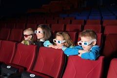Matka z ich dziećmi ogląda film zdjęcia royalty free