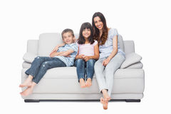 Matka z ich dziećmi siedzi na kanapie Obraz Stock