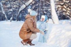 Matka z jego dzieckiem bawić się w zimie Zdjęcie Royalty Free