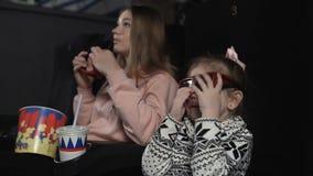 Matka z jej córką jest ubranym 3d szkła przy kinowym krzesłem zdjęcie wideo