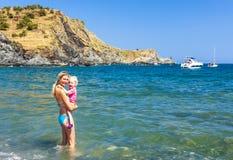 Matka z jej córką w morzu śródziemnomorskim Zdjęcie Stock