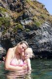 Matka z jej córką w morzu Obraz Stock