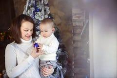 Matka z jej chłopiec blisko choinki Obrazy Royalty Free