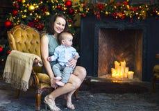 Matka z jej chłopiec blisko choinki Zdjęcie Royalty Free