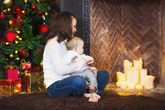 Matka z jej chłopiec jest usytuowanym blisko choinki Zdjęcia Royalty Free