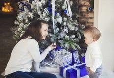 Matka z jej chłopiec jest usytuowanym blisko choinki Obrazy Stock