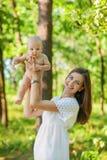 Matka z jej dziecko wp8lywy odpoczynkiem Fotografia Stock