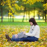 Matka z jej małym dzieckiem w jesień parku Zdjęcia Stock