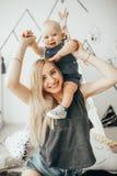 Matka z jej małym synem bawić się w pokoju obraz stock