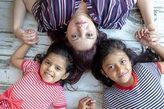 Matka z jej pięknymi córkami fotografia stock
