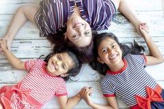 Matka z jej pięknymi córkami obraz royalty free