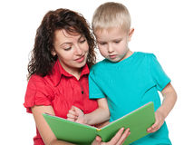 Matka z jej syn czytającą książką zdjęcie royalty free