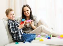 Matka z jej synem na kanapie Obraz Stock