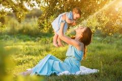 Matka z małą córką bawić się na zielonej trawie Fotografia Royalty Free