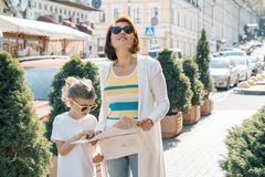 Matka z małą córką patrzeje w mapę miasto i podróżuje wpólnie fotografia stock