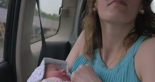 Matka z Nowonarodzonym dzieckiem w samochodzie zbiory wideo