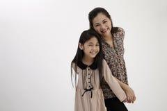 Matka z powrotem i córka popierać Zdjęcia Royalty Free