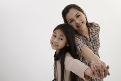 Matka z powrotem i córka popierać Zdjęcie Stock