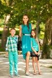 Matka z syna adn córką na spacerze w parku obraz stock