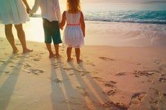 Matka z syna i córki spacerem na piasku wyrzucać na brzeg Zdjęcie Royalty Free