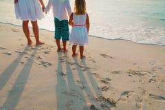 Matka z syna i córki spacerem na piasku wyrzucać na brzeg Obraz Royalty Free