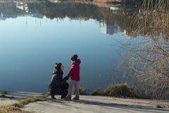 Matka z synem chodzi blisko jeziora zdjęcia royalty free
