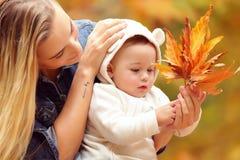 Matka z synem cieszy się jesień Obrazy Royalty Free