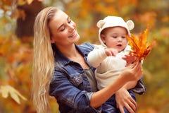 Matka z synem cieszy się jesień Zdjęcia Royalty Free