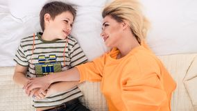 Matka z synem na łóżku, matka i syn ma zabawę, Zdjęcia Royalty Free
